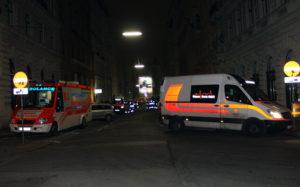 RettungswŠagen und 2 KatastrophenzüŸge der Wiener Rettung vor der OGR-Infozentrale