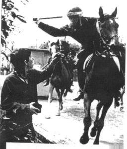 """Wenn die Lohnarbeit selbst nicht zur Disziplinierung ausreicht, kommt die Polizei zur Hilfe -""""Battle of Orgreave"""", UK miners' strike 1984/85"""